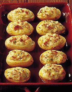Pommes de terre farcies au mascarpone ( une variante que je fais souvent : de petits lardons dorés à la poële et bien dégraissés,mélangés à une cuillère de crème fraiche, la chair des pomme de terre, et du fromage rapé ) ....