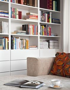 Nowoczesny regał na książki w salonie Ikea, New Living Room, Home And Living, Bookshelves, Bookcase, Dining Room Storage, Apartment Living, Home Office, Mid-century Modern