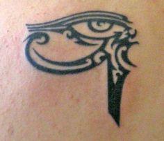 Representa o olho divino do deus Hórus, as energias solar e lunar, e freqüentemente é usado para simbolizar a proteção espiritual e também o poder clarividente do Terceiro Olho. É, proxima tatuagem... Beijosesquecemeunumero.   littlebubis