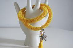 Bracciale in rete di nylon gialla riempita di strass gialli con pendente nappina , perla e stella marina : Braccialetti di pangeabijoux