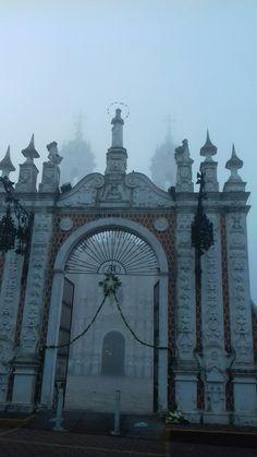 Basílica de Ocotlan emergiendo de la bruma.