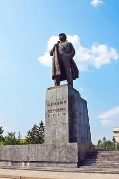 18 April 1970 the monument to Lenin in the city of Krasnoyarsk. The authors of the project Veniamin #Pinchuk jointly with the Krasnoyarsk sculptor Yuri #Ishanov. #Lenin #monuments #Krasnoyarsk #USSR