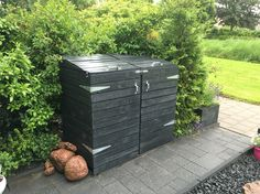 Onze zelfgemaakte ombouw voor de groene en grijze kliko. Gemaakt van palletvlonders. (Our own pallet garden project)