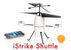 iOS機器でコントロールする超小型のヘリ「iStrike Shuttle」。選択したターゲットめがけてピンポン球を落とすことができる。