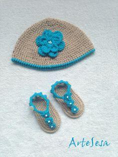 conjunto bebé, de gorro y sandalias, tejidas por artesesa