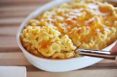 Сварите макароны, согласно инструкции на упаковке. Для соуса растопите сливочное масло (1/2 пачки), добавьте 4 столовые ложки муки, взбейте все это, добавьте около 2,5 стакана молока или сливок и взбейте еще раз. Добавьте в соус специи, взбитые яичные желтки (2 штуки) и тертый мягкий сыр. Поставьте соус на средний огонь на несколько минут, помешивайте. Залейте соусом макароны и поставьте их в духовку на 10 минут или до образования золотистой корочки. После приготовления можно посыпать…