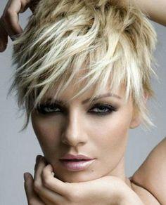 coupe de cheveux courte femme couleur blond clair
