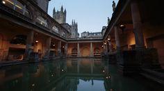 Anoitecer nos Banhos Romanos. Bath, Somerset. Este é um dos melhores exemplos de um complexo de banhos romanos europeu. A piscina se enche de água aquecida, percolada através de pedras de calcário. Mais informações