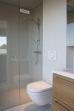 WC kohteessa Passiivikivitalo Leija, Asuntomessut 2014 Jyväskylä Decor, Home Spa, House, Interior, Restroom, Home Decor, Toilet, Bathtub, Beautiful Bathrooms