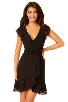 Rochie Brianna Neagra - Oferă-ți plăcerea de a purta o rochie scurtă elegantă care te va plasa în rândul celor mai stilate invitate la orice eveniment special. Confecționată din voal, rochia Brianna reușește să-ți pună în valoare farmecul natural, devenind o variantă originală a clasicei rochii negre. Croiala deosebită, cu volane și fustă petrecută, avantajează orice siluetă, echilibrând proporțiile și conferind armonie întregii ținute. Decolteul în V marcat de volane creează impresia unui…