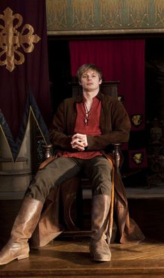 Bradley James is a British actor best known for portraying Arthur Pendragon in the BBC TV series Merlin Merlin Tv Series, Merlin Show, Merlin Fandom, Merlin Cast, James Arthur, Roi Arthur, Sherlock Quotes, Sherlock John, Photography Poses