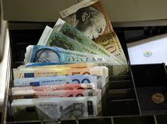 """Eurosta eroaminen ja siirtyminen omaan kelluvaan valuuttaan voisi maksaa Suomelle jotain nollasta 20 miljardiin euroon kertarysäyksenä. Jos sen avulla bruttokansantuotteen kasvu nopeutuisi nykyiseen verrattuna edes prosentin kymmenesosien verran, ero kannattaisi. Vastaväittäjä syytti euroeron haikailijoita """"munakaslogiikasta""""."""