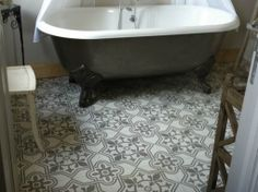 carrelage_ciment_gris_salle_bain-z. Decoration Gris, Stone Flooring, Dog Snacks, Clawfoot Bathtub, House Floor Plans, My Dream Home, Sweet Home, New Homes, Luxury