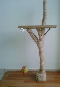 Lembra deste arranhador para gatos? A leitora Angela Dias e o seu namorado fizeram um parecido. Dá uma olhada: Ela fez o arranhador para gatos com uma base de madeira de palet forrada com um plástico que imita madeira. Ela também pegou um tronco de árvore, enrolou corda de sisal nele e o fixou na base … Savanna Cat, Cat Climber, Cat Crafts, Cat Furniture, Cat Love, Dog Cat, Kitty, Cool Stuff, Pets