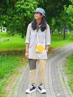 這套長套頭襯衫、背心、包包做層次,   九分褲露出條紋襪有個同色調斷差,   可以做層次還能稍微延伸