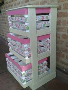 4 súper ideas para cajas de fruta decoradas Pallet Furniture cajas decoradas fruta ideas para super in 2020 Crate Crafts, Wood Crafts, Diy Casa, Diy Pallet Furniture, Furniture Room, Diy Bench, Wooden Crates, Easy Home Decor, Home Projects
