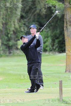 Max e o pai jogando golfe com amigos para a caridade em Manchester, na Inglaterra.