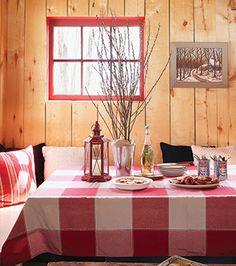 Table avec vase et branches de saules comme centre de table. Chalet Chic, Plaid Decor, Interior Decorating, Interior Design, Cozy Room, Outdoor Living, Cabin, Table Decorations, Branches