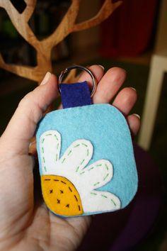 Daisy felt keychain by apichusquis on Etsy, $6.60
