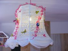 DIY Zpagetti lamp for our little girls bedroom!! So easy to make!!! Get yourself an old lamp, wrap your favorite collor zpagetti around the lamp. Decorate it with little birds, flowers, butterflies (what ever you like)