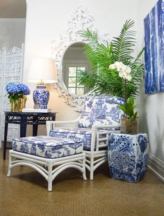 Decorating with Blue and White - SWI Vintage Blue Rooms, White Rooms, Home Interior, Interior Design, Muebles Shabby Chic, Diy Home Decor Rustic, Chinoiserie Chic, Chinoiserie Fabric, Blue And White China