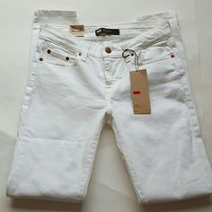 """☇NWT Levi's Strauss White Jean 535 Legging Size 7M When laid flat measures approximately 14"""" at waist, 8"""" rise and 29"""" inseam. Levi's Jeans Skinny"""