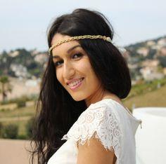 Headband bijou mariage Divine : merveilleusement chic, ce très élégant headband mariage orné d'une chaine dorée donnera une note divinement chic et très élégante à votre coiffure de mariage.