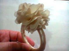 Porta guardanapo confeccionado em argola de acrílico encapada com fita de cetim nude e flor de organza na cor nude. Excelente opção para lembranças de casamento, festas de 15 anos, além de dar um toque super sofisticado à decoração de sua festa. Várias opções de cores das flores.  PEDIDO MÍNIMO 20 PEÇAS. FEITO SOB ENCOMENDA.   >O produto pode apresentar diferenças da imagem. R$ 3,00