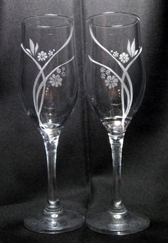 Decorated Wine Glasses, Hand Painted Wine Glasses, Wine Glass Crafts, Bottle Crafts, Wedding Wine Glasses, Champagne Glasses, Glass Engraving, Glass Etching, Etched Glass