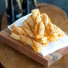 Puff Pastry Cheese Straws from @NevrEnoughThyme http://www.lanascooking.com/2014/01/31/puff-pastry-cheese-straws/ #appetizers #breads #cheese