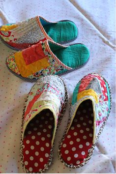 Through the window: Tutorial pantuflas patchwork / Patchwork Slippers Tutorial. - Sewing Patterns - Through the window: Tutorial pantuflas patchwork / Patchwork Slippers Tutorial. Sewing Hacks, Sewing Tutorials, Sewing Crafts, Sewing Projects, Sewing Patterns, Tutorial Sewing, Diy Tutorial, Quilted Purse Patterns, Photo Tutorial
