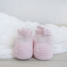 Merceditas rosa - Alittledress Knitting For Kids, Knitting Socks, Baby Knitting, Crochet Baby, Knitted Booties, Crochet Shoes, Baby Boots, Baby Accessories, Sock Shoes