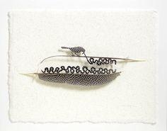 """Las plumas les permiten a las aves volar y protegen sus cuerpos del agua, el sol y el viento. Además, sus colores y patrones les ayudan a atraer a sus parejas. Con un pequeño escalpelo, el artista norteamericano Chris Maynard las usa para crear obras de arte. Maynard piensa a cada pluma como una pequeña porción de perfección. Cuando las aves las cambian cada año, él las recicla en su arte. """"Cada pluma, que se piensa como muerta y desechada, conserva algo de la esencia del pájaro"""", le explicó…"""