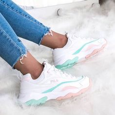 FILA : white baby tosca and baby pink means PERFECT White Fila Sneakers Outfit Baby Fila means perfect Pink tosca White Cute Sneakers, Sneakers Mode, Sneakers Fashion, Fashion Shoes, Shoes Sneakers, Sneakers Workout, Allbirds Shoes, Sneakers Adidas, Kids Sneakers