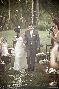 Bolhinhas de sabão em casamento ao ar livre. Foto: Edu Federice.