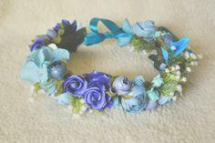 Coroa de flores sortidas na cor azul e com detalhes em gipsofila, ideal para ensaios fotográficos e para dar aquele toque especial no look. Possui 47 cm de circunferência sendo regulável!