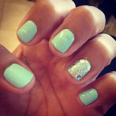 We love this mint color nails for this summer! Don't you?