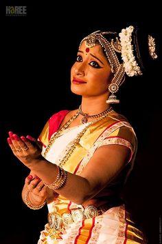 Mohiniyattam dance, Kerala, South India Dance Paintings, Indian Paintings, Indian Customs, Kerala Mural Painting, Indian Classical Dance, India Art, Folk Dance, Dance Poses, Dance Pictures