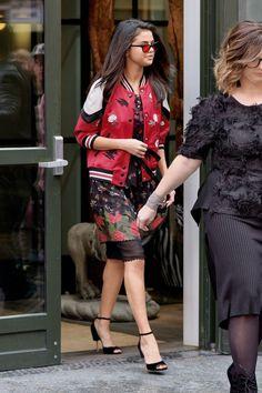 Selena Gómez nos deja tres nuevos looks a su paso por Nueva York. ¿Cuadros, bómber o amarillo?