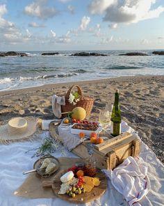 Beach Aesthetic, Summer Aesthetic, Aesthetic Food, Picnic Date, Beach Picnic, Comida Picnic, Dream Dates, Beach Date, Summer Bucket Lists