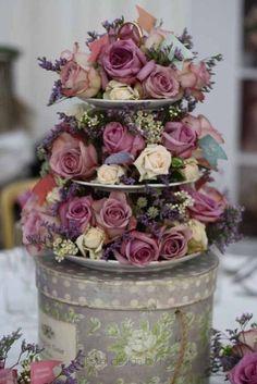 etagere f r hochzeitsdeko mit spitze rosa rosen wei en hortensien und betonschalen. Black Bedroom Furniture Sets. Home Design Ideas