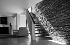 Contemporary house in Cisternino on three levels. The discreet access introduces us to the day-zone, which opens on to a central patio. Staircase Design Modern, Modern Design, Manor Farm, Natural Contour, House, Patio, Villa, Contemporary, Architecture