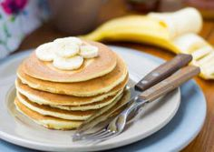 Süße Pancakes ganz ohne Mehl und Zuckerzusatz! Chia Samen, Banane und Eier machen es möglich: Gesünder und leckerer geht es nicht!