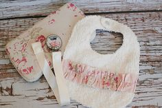 Pink Floral Vintage Style Bib, Wipe Case & Pasifier Clip Set. $22.50, via Etsy. Floral Vintage, Vintage Style, Vintage Fashion, Baby Esther, Wipes Case, Clip, Straw Bag, Baby Kids, Sewing Projects