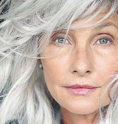 Femme 50 ans Naturally White Silver Grey Hair : (notitle) Source by momstn Silver Grey Hair, White Hair, Mature Women Hairstyles, Celebrity Hairstyles, Trendy Hairstyles, Pelo Color Plata, Peinados Pin Up, Grey Wig, Beautiful Old Woman
