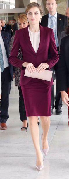 La Reina Letizia ha reciclado su traje marsala de Hugo Boss en su viaje a Ginebra.