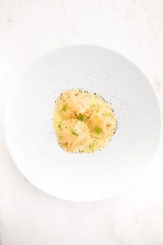 Leckere Pasta aus frisch gemachtem Nudelteig mit einer schmackhaften Lachs-Füllung. Dazu Beurre Blanc mit einem Hauch Zitrone.