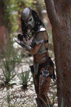 A fantastic female Predator cosplay with armor and body painting. - 10 Predator Cosplays