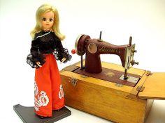 Susi doll and Mini Sewing Machine, 1950s. (Muñeca Susi y Mini Máquina de coser, de 1950.) #susi #estrela #doll #boneca