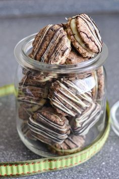 Gefüllte Schokoplätzchen - viele weitere Rezeptideen für Weihnachtsplätzchen gibt es hier: http://www.gofeminin.de/kochen-backen/schnelle-plaetzchen-rezepte-d59747.html
